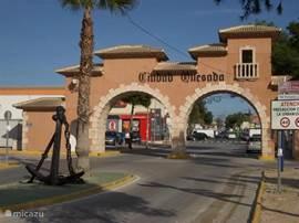 De welkomstpoort van Ciudad Quesada. Ciudad Quesada is een levendige urbanisatie waar het hele jaar vertier is met name in de zomer. Vele restaurants, leuke bars, winkels etc. De moeite waard om hier eens doorheen te lopen, een terrasje te pakken of te winkelen. Afstand vanaf Casa Dorada ca. 5 autom