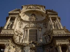 Het gedeelte boven de hoofdingang van de kathedraal van Murcia.