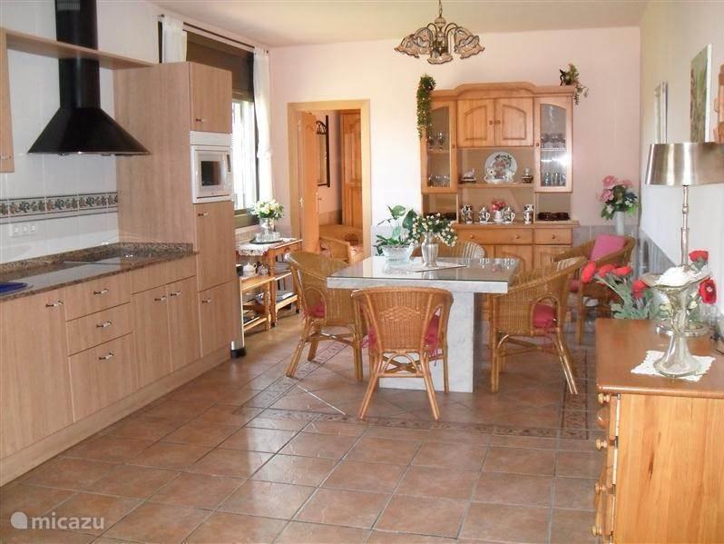 benedenverdieping met grote open keuken, koel.diepvriescomb, keramische kookplaat enz. marmeren eettafel