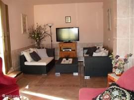 loungehoek met nieuwe flatscreen tv, satelietontvanger met alle nederlandse zenders, benedenverdieping