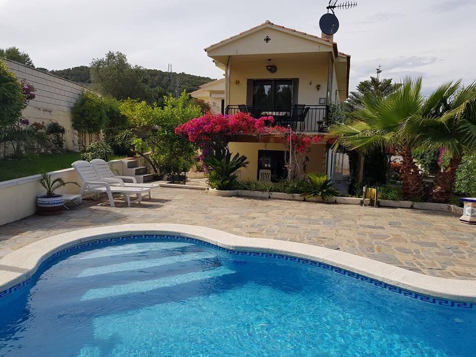nu met 20% korting het landhuis CASA DE MIS SUENOS in calafell, Costa dorada.2 km. van zee, zwembad en uitzicht over de wijngaarden