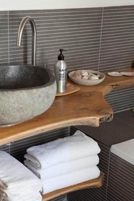 Badskamer met blad van oude tuintafel gemaakt.