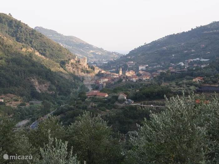 Uitzicht over het Nervia-Dal op Dolceacqua en zee.