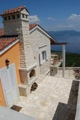 Drie terrassen met uitzicht op zee