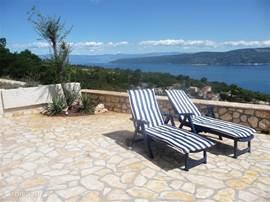 Geniet van zon, rust en het unieke uitzicht op zee en eilanden. De hectiek van het drukke toerisme niet bij dit comfortabele huis, wel op 10 autominuten.