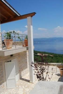 Panoramisch uitzicht op zee, eilanden en bergen