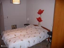 koele slaapkamer met deur naar terras