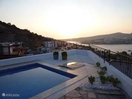 Wonderschone zonsopgang boven eigen zwembad (N.B. deze foto toont niet het hek dat voor de veiligheid is geplaatst bovenop de muur aan de lange kant van het zwembad)