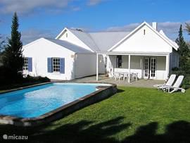 Schitterende, historische villa, gelegen midden in het veilige Darling. Groot privé zwembad in fraai aangelegen tuin. Wine farms, bloemenreservaat, restaurants, golf en tennis . Winkels op loopafstand. 45 min van Kaapstad en 15 min van de oceaan en strand.