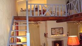 De vide boven de zitkamer met open houten trap. Deze ruimte is wel prive .