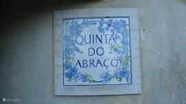 Tegelplateau bij de ingang met de naam van ons huis Quinta do Abraco huis van de omarming .