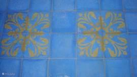 de portugese tegels met motief in een badkamer.