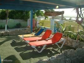 Lekkere zitjes en ligbedden, waar men in en uit de zon kan genieten van de rust en de natuur.