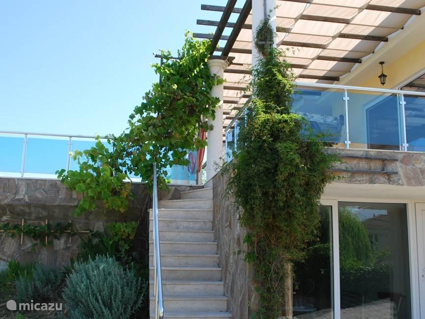 Door de verhoogde ligging biedt het terras veel privacy.