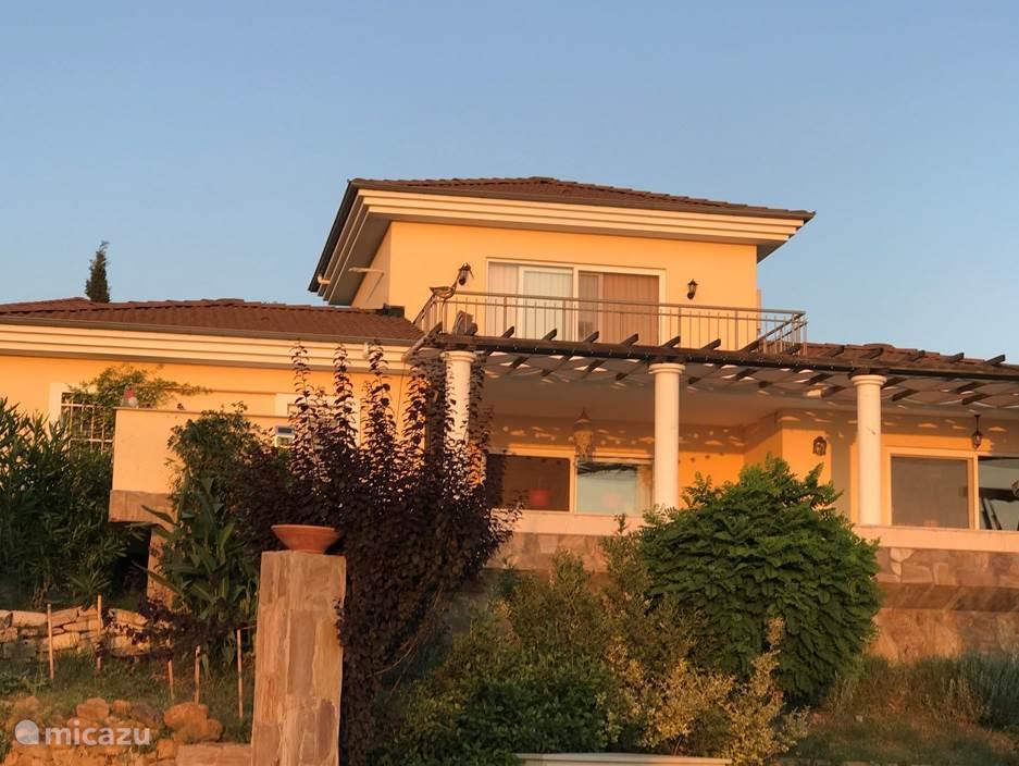 Direct bij de ingang van het kleine parkje, zie je direct de villa.